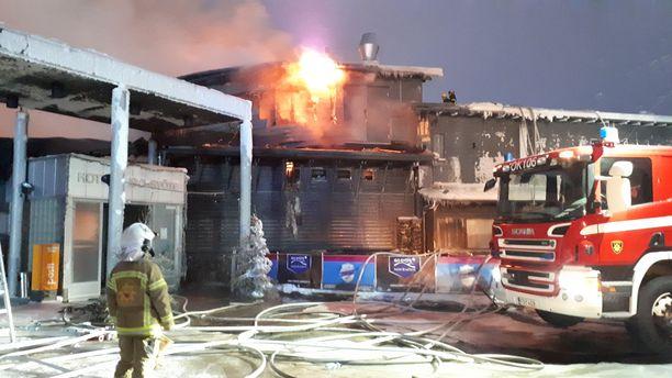 Palon aiheuttamat vahingot ovat mittavat.