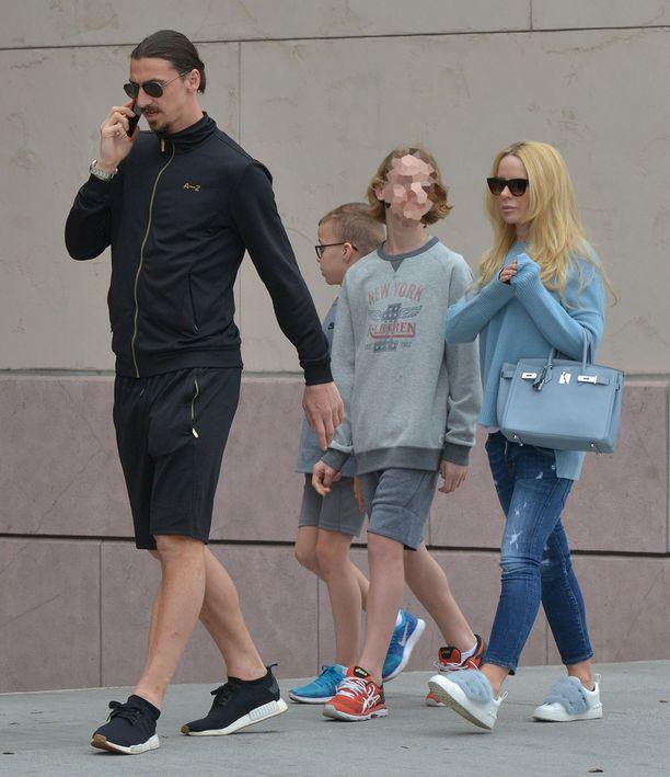 Zlatanin ja Helena Segerin esikoispoika Maximilian on venähtänyt pituutta. Kuvassa perhe Los Angelesissa 8.4.2018.