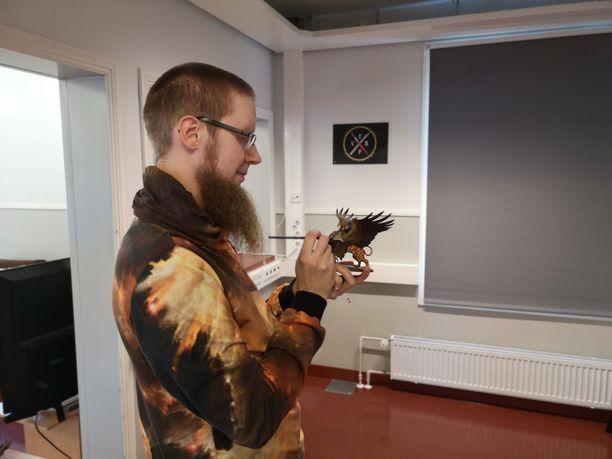Mika Joensuu saa ensimmäisenä Pohjoismaissa kansainvälisen Warhammer Heroes -tunnustuspalkinnon nuorisotyöstään miniatyyripelien parissa.