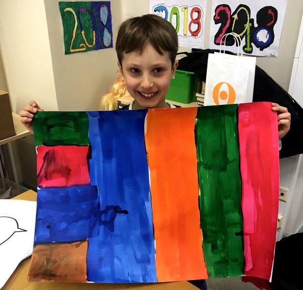 Jalo esitteli Designmuseossa maalaamaansa teosta, joka tulee osaksi kaikista töistä koostettavaa kangaskuosia.
