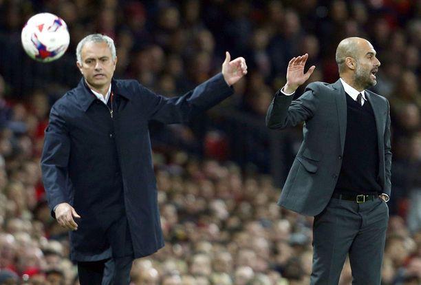 José Mourinho (vas.) kohtaa arkkivihollisensa Pep Guardiolan sunnuntaina.
