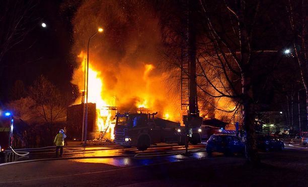 Tampereella Hintsankadulla raju tulipalo tuhosi kuuden perheen asuttaman kaksikerroksisen rivitalon lauantai-iltana.