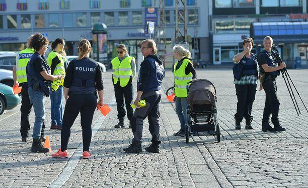 Poliisi järjesti Turun Kauppatorilla sunnuntaiaamuna epäillyn terroriteon rekonstruktion.