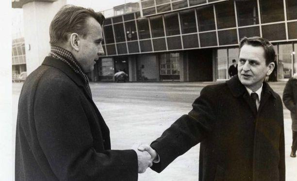 Mauno Koivisto ja Olof Palme pääministeriaikoinaan Helsinki-Vantaan lentokentällä.