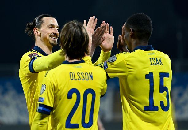 Zlatan juhlii maalia Alexander Isakin ja Kristoffer Olssonin kanssa.