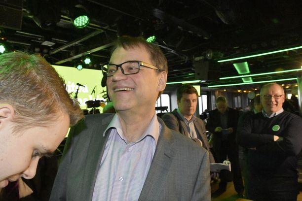 Pääministeri Juha Sipilä (kesk) oli iloisella mielellä keskustan kuntavaaliristeilyllä. Hän keräsi laivalla innokkaasti ehdokassitoumuksia ja onnistui saamaan kasaan nelisenkymmentä ehdokasta.