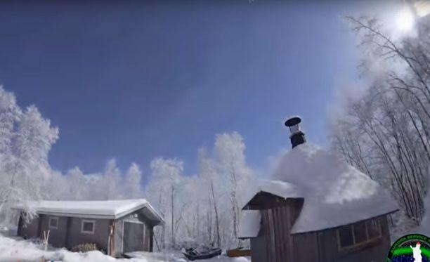 Kirkas meteori loi torstai-iltana päivän keskelle Lapin kaamosta. Kuvakaappaus videolta.