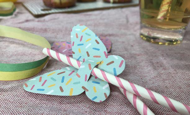 Perhonen saa eloa, kun sen leikkaa kuvioidusta kartongista. Koristeltavana voi käyttää veikeää paperipilliä tai perinteistä taipuvaa muovipilliä.