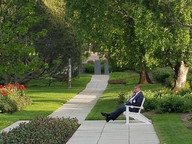 Entinen n puheenjohtaja, ulkoministeri Timo Soini istuskeli kaikessa rauhassa Kultarannan puistossa ja puhui puhelimeensa sunnuntaina kello 21 aikaan, kun vieraat olivat poistumassa paikalta.