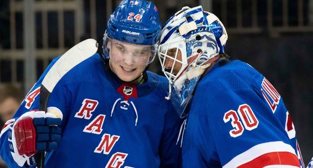 New York Rangersin Kaapo Kakko ja maalivahti Henrik Lundqvist pääsivät juhlimaan voittoa ja Lundqvistin komean merkkipaalun saavutusta.