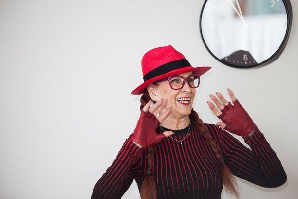 Aira Samulin tietää olevansa kannustava esimerkki monelle ikääntyvälle. Hän kannustaa tekemään vapaaehtoistyötä ja iloitsemaan elämästä.