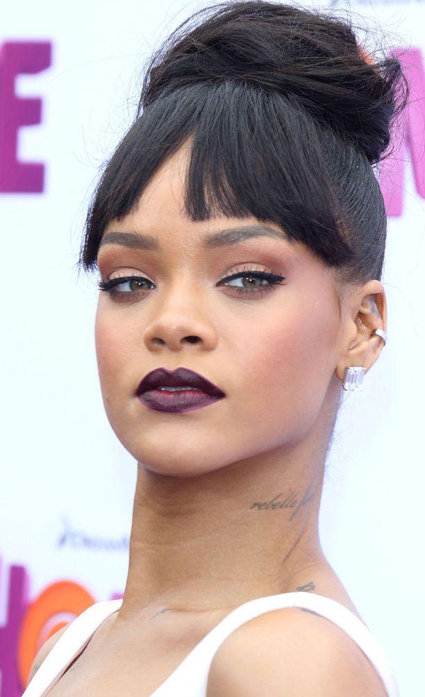Rihannalle sopivat myös tummemman sävyiset huulipunat.