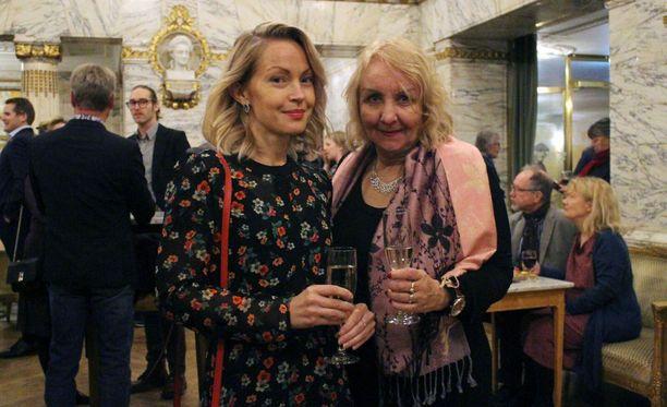 Sofia ja Riitta Taavitsainen tapaavat toisiaan lukuisia kertoja vuodessa siitä huolimatta, että he asuvat eri maissa.