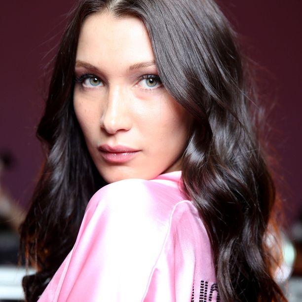 Alaripsien meikkaus jakaa mielipiteet. Esimerkiksi malli Bella Hadidin tiedetään kammoavan ripsiväriä alaripsissä.