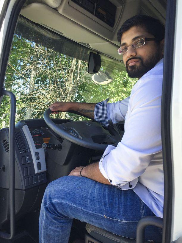 """Mayran """"Maju"""" Kamalanathan on miljoonafirman toimitusjohtaja ja osakas, mutta käärii yhä tarvittaessa hihat ja ryhtyy tekemään yrityksen käytännön töitä."""