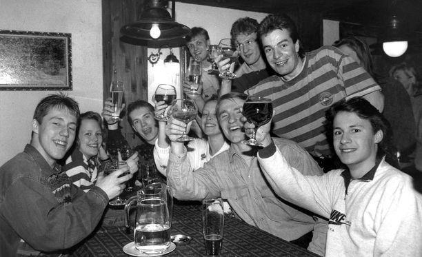 Vuonna 1992 oli aika nostaa malja: Kiekko-Espoo oli nostanut Espoon liigakartalle!