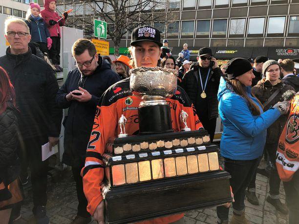 Robert Leino on valjastettu pitämään huolta Kanada-maljasta.