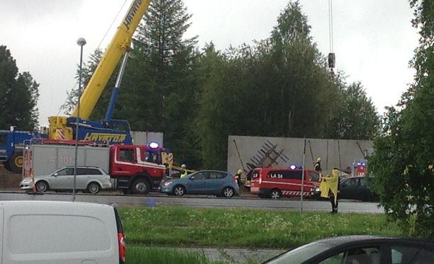 Onnettomuus tapahtui Rovaniemen keskustan eteläpuolella Vapaudentien ja Nelostien risteyksessä.