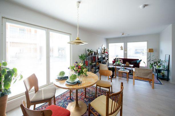 Keittiö ja olohuone ovat yhtä suurta tilaa.
