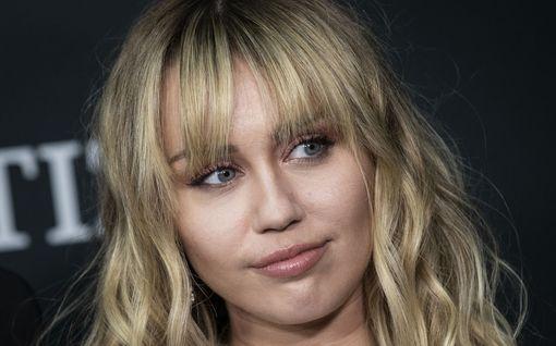 Mitä lookeja! Miley Cyrus ei pelkää epäonnistua – tyrmäävä jopa takatukassa
