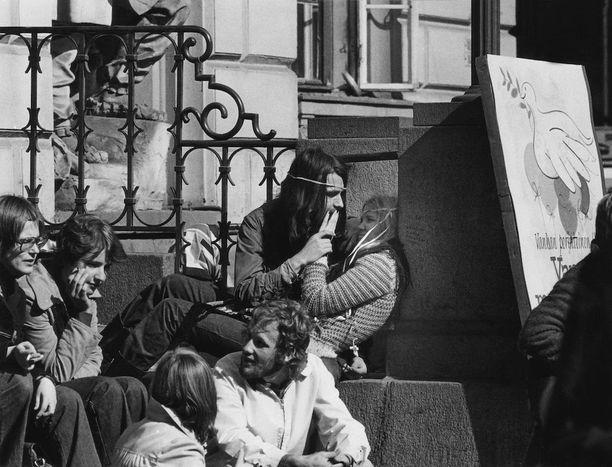 Vuonna 1972 nuoret loikoilivat auringossa Vanhan Ylioppilastalon portailla.