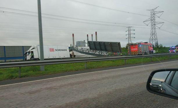 Kuvassa tieliikennetaulu pudonneena tielle Vantaan Petikon kohdalla varhain maanantaiaamuna.