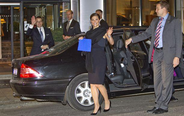 VIIMEINEN VILKUTUS Prinssi ja prinsessa jaksoivat vielä hymyillä ja vilkuttaa ennen vetäytymistä hotelliin.