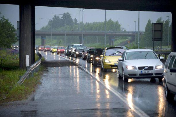 Vuonna 2011 juhannussää näytti näin kurjalta. Syypää oli jo torstaina Pohjois-Itämerellä myrskytuulia aiheuttanut matalapaine, joka juhannusaattona liikkui Suomen pohjoisosan yli. Sadekuuroja tuli monin paikoin koko maassa. Etelässä mitattiin silti jopa 20 asteen lämpötiloja.