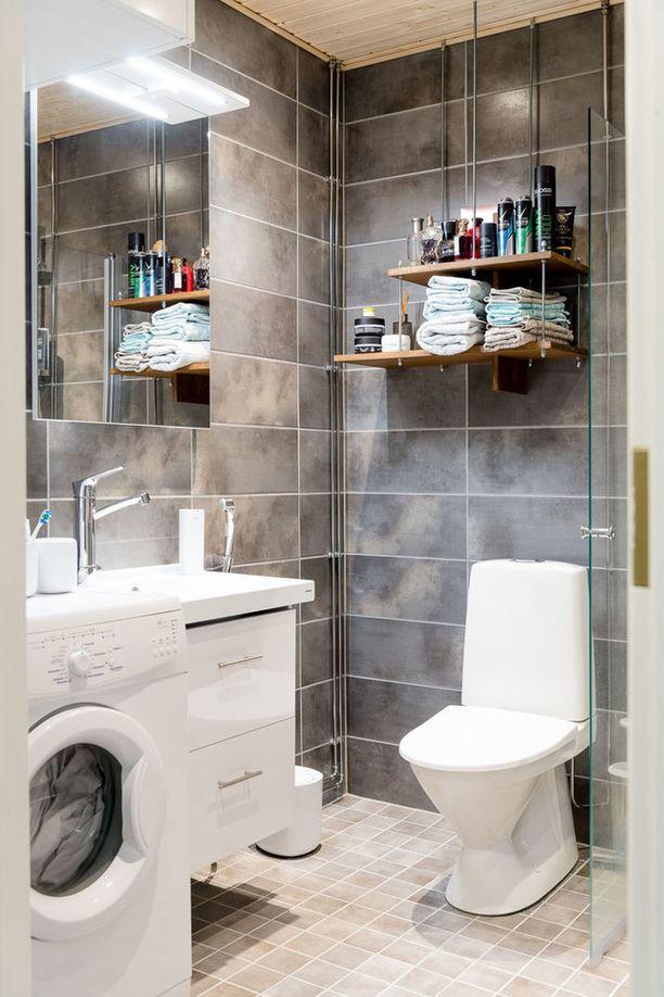 Maitham valitsi kylpyhuoneeseen avohyllyt.