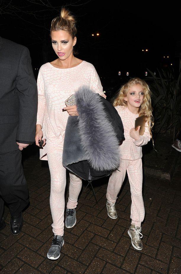 Katie Price kuvattiin identtisissä asuissa 8-vuotiaan Princess-tyttärensä kanssa. Molempien kasvot oli meikattu.