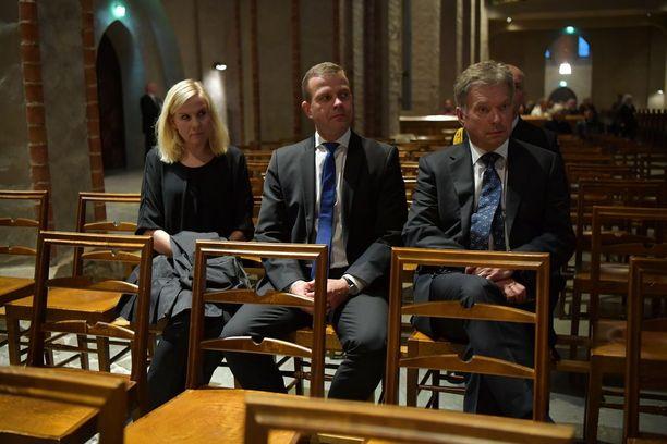 Niina ja Petteri Orpo sekä Sauli Niinistö osallistuivat suruhartauteen.