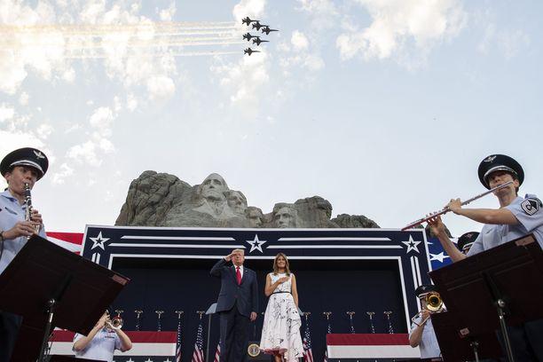 Yhdysvaltain presidentti Donald Trump vaimonsa Melania Trumpin kanssa kansallislaulun aikana Mount Rushmore -monumentilla järjestetyssä itsenäisyyspäivätapahtumassa.
