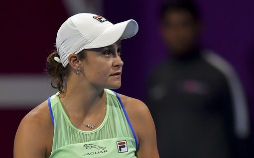 """Tenniksen maailmanlistan ykkönen jätti ison turnauksen väliin – tuuletti samaan aikaan oluttuoppi kädessä urheilumatsissa: """"Voiko tätä naista rakastaa yhtään enempää?"""""""