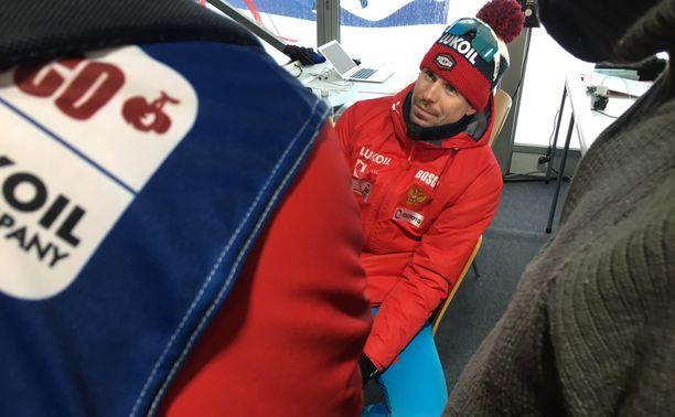 Media piirittää Sergei Ustjugovia, mutta venäläisen suu pysyy supussa.