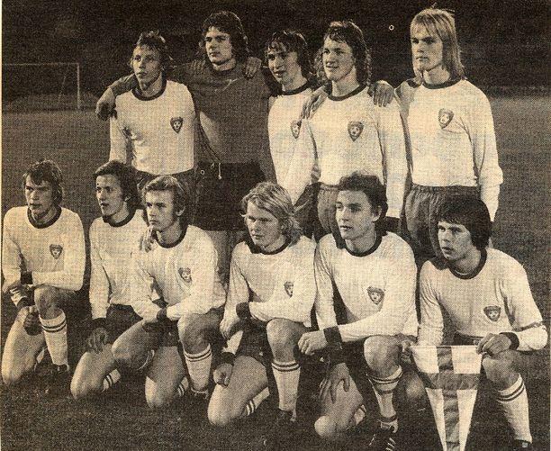 Leo Houtsonen (ylärivi, kolmas vasemmalta) oli Suomen alle 18-vuotiaiden EM-hopeajoukkueessa.