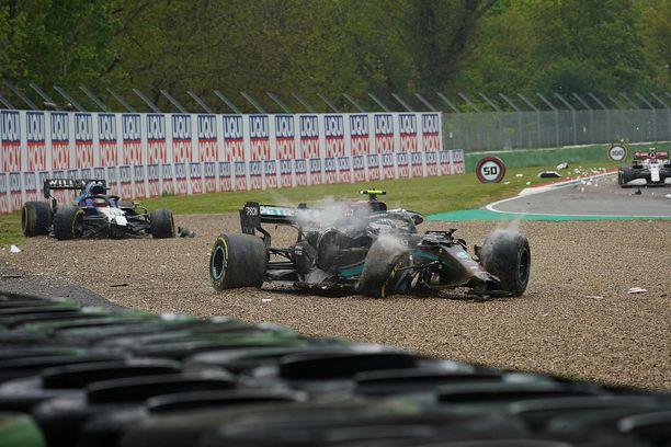 George Russellin ja Valtteri Bottaksen autot ajautuivat voimalla rengasvalliin yhteentörmäyksen seurauksena.