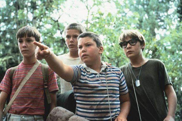 Corey Feldman (oik.) Stand By Me -elokuvassa muiden poikien kanssa. Feldman joutui lapsena pedofilian uhriksi Hollywoodissa.