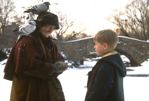 Brenda Fricker ja Macaulay Culkin Yksin kotona 2 -elokuvassa.
