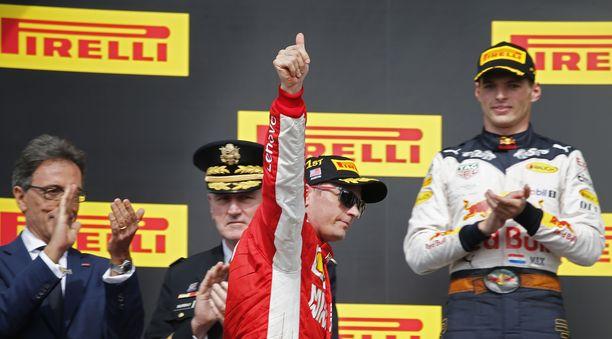 Kimi Räikkönen tuuletti voittoaan palkintojenjaossa. Hänen takanaan näkyy kenraali John M. Murray.