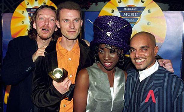 M People esiintyy edelleen. Sen hittejä 90-luvulla olivat muun muassa Moving on Up ja Search for the Hero.