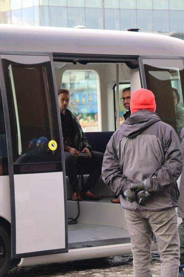 Gacha avaa ovet automaattisesti ja ottaa matkustajat kyytiin.