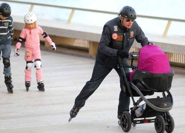 Pikkuneiti sai nauttia rullaluistelusta isän työntämänä, Hugo ja Aina luistelivat itse.