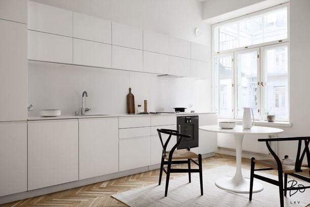 Tämä keittiö olisi rutkasti pimeämpi, jos keittiössä olisi verhot. Kokovalkoinen keittiö takaa, että tila on raikas.