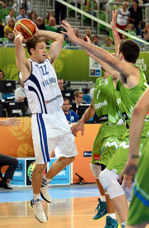 Petteri Koposen oikealla puolella Slovenian pelaajat Edo Muric (keskellä) ja Mirza Begic.