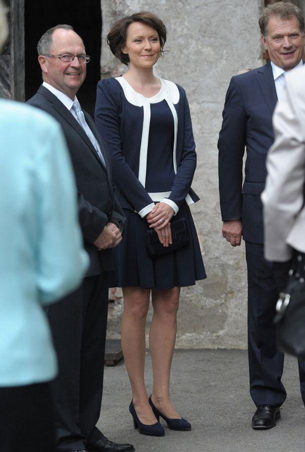 Jenni Haukio oli pukeutunut mustavalkoiseen mekkoon.