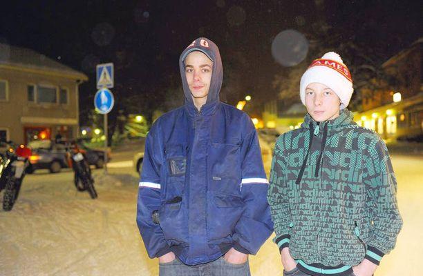 """PIENI PITÄJÄ Tommi Väisänen ja Joose Kuitunen muistuttavat nuorisotalolla, että voitto puhuttaa """"tuppukylällä"""" varmasti."""