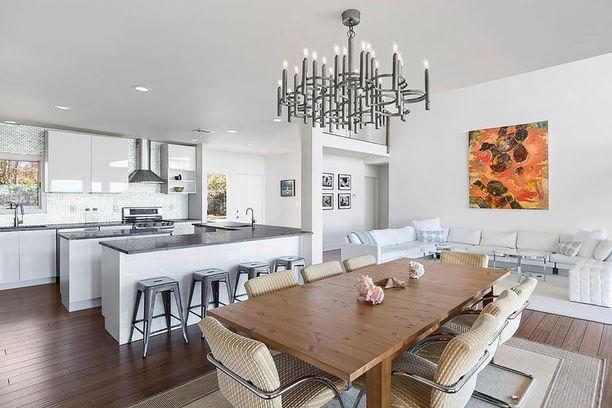 Kodin pohjaratkaisu on hyvin avoin. Olohuone ja keittiö ovat samaa suurta tilaa, ja niistä on näkymä rannalle.