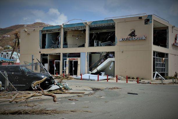 Pankkikin tuhoutui myrskyssä.