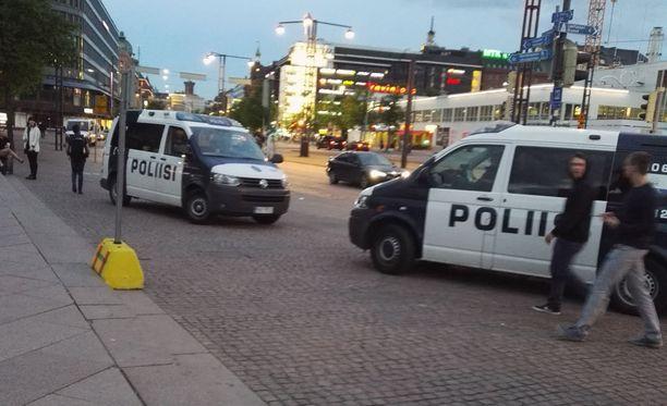 Käsiase johti poliisioperaatioon Helsingin keskustassa lauantai-iltana.
