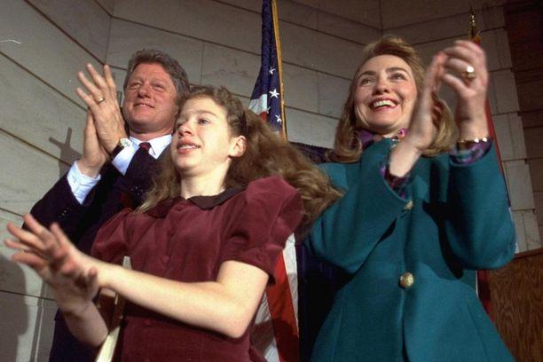 Hillary Clinton miehensä Billin ja tyttärensä Chelsean kanssa vuonna 1991. Seuraavana vuonna Bill Clinton valittiin Yhdysvaltain presidentiksi.